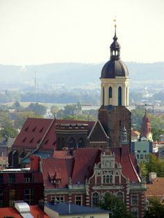 Opava - konkatedrála Nanebevzetí Panny Marie, vpravo malá věž kostela Sv. Jana, vpředu budova České spořitelny (Cathedral of the Assumption, right is a small tower of St. John Church, ulcer is the building of Czech Savings Bank) - pohled ze severozápadu (view from northwest)