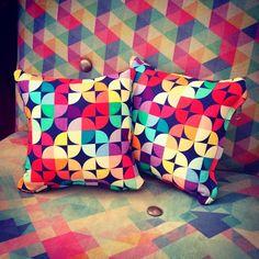 Mini almofadinhas Colorblocks Marinho pra dar uma animada na poltrona :))