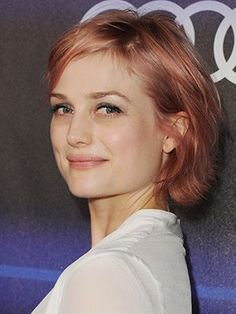 Alison Sudol rose hair color with matching pink lipstick