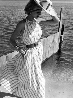 I love Claire McCardell designs. Here is a favorite: Helen Beatty wearing a dress by Claire McCardell for Mademoiselle, Oak Beach, New York, Photo by Herman Landshoff. Claire Mccardell, Moda Fashion, 1950s Fashion, Vintage Fashion, Classic Fashion, Classic Beauty, Ladies Fashion, Timeless Fashion, Moda Vintage