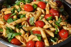 The Italian pesto pasta salad may not be missing at any party. - Salad Types and Recipes Veggie Recipes, Pasta Recipes, Healthy Recipes, Eat Healthy, Slow Cooker Recipes, Crockpot Recipes, Pesto Mozzarella, Cheap Vegan Meals, Pesto Pasta Salad