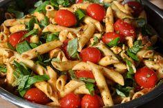 Der italienische Pesto-Nudelsalat darf eigentlich auf keiner Party fehlen. Er ist seit Jahren einer der beliebtesten Salate bei uns zu Hause, dank seines frischen und fruchtigen Geschnmacks.