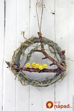 21 prekrásnych nápadov, ako si na jar vyzdobiť vchodové dvere a verandu: Tie… Easter Crafts For Toddlers, Easter Arts And Crafts, Diy And Crafts, Creative Crafts, Yarn Crafts, Diy Easter Decorations, Easter Wreaths, Diy Wreath, Easter Baskets