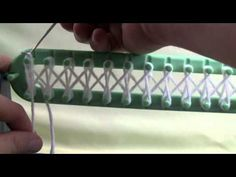 Bernat telaio per maglieria tutorial - The Crowd Crochet Loom Knitting For Beginners, Knitting Videos, Crochet Videos, Loom Knitting Stitches, Loom Knitting Projects, Patons Yarn, Loom Crochet, Loom Weaving, Cross Stitch Flowers
