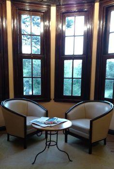 Nuestros sillones modelo Decó derrochan comodidad en un rincón de un hotel serrano. Están construidos en cerezo, una madera estacionada en secaderos y con alta resistencia a los cambios climáticos. También son un buen complemento para acompañar un sofá. Curtains, Home Decor, Environment, Classic Furniture, Custom Furniture, House Decorations, Cherry Tree, Couches, Yurts