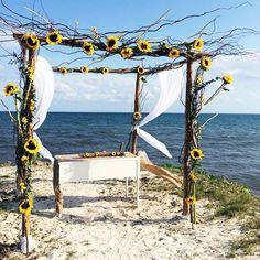 Decoración con girasoles de arco para boda en la playa   Thousand Emotions Organización de Bodas en Cancún y Riviera Maya