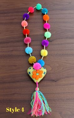 Multicolored pom poms necklace with felted heart por ChiapasbyJUBEL