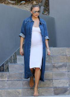 look chrissy teigen vestido branco camisão jeans