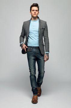 Acheter la tenue sur Lookastic: https://lookastic.fr/mode-homme/tenues/blazer-gris-t-shirt-a-col-boutonne-bleu-clair-jean-bleu-marine-bottines-chelsea-brun/5144 — T-shirt à col boutonné bleu clair — Blazer en laine gris — Jean bleu marine — Bottines chelsea en cuir brun