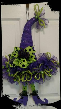 Witches Hat Wreath, Halloween Wreath, Witches Hat Decor – Haircut Trends For Men and Womens – TrendPin Halloween Mesh Wreaths, Halloween Door, Diy Halloween Decorations, Deco Mesh Wreaths, Holiday Wreaths, Halloween Crafts, Halloween Witches, Ribbon Wreaths, Yarn Wreaths
