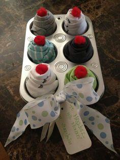 This cupcake onesies gift idea is super cute and easy to recreate .- Diese Cupcake Onesies Geschenkidee ist super süß und einfach nachzubauen … This cupcake onesies gift idea is super cute and … - Shower Bebe, Baby Shower Fun, Shower Party, Baby Shower Parties, Baby Shower Gifts, Baby Showers, Onesie Cupcakes, Baby Shower Cupcakes, Sock Cupcakes