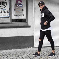 Urban Fashion Streetwear Simple urban wear for men pants. Men With Street Style, Men Street, Outfits For Teens, Cool Outfits, Stylish Outfits, Fashion Catwalk, Casual Chic, Men Casual, Ripped Jeans Men