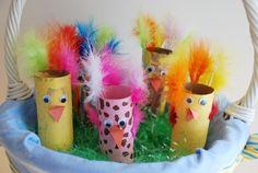 bricolage facile pour Pâques avec rouleau de papier poussins avec plumes