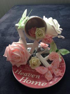 Zwevend kopje met bloemen, vlinders en de letters 'love'