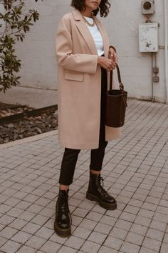 Doc martens outfit Dr martens outfit winter - Outfits ta Does Your Student Eat A Hot School Lunch Or Winter Mode Outfits, Winter Fashion Outfits, Look Fashion, Fall Outfits, Summer Outfits, Outfit Winter, Diy Outfits, Queer Fashion, 80s Fashion