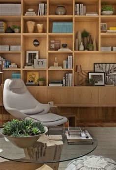Resultado de imagem para armario para livros madeira e vidro planejado