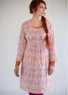 """Kleid """"Tussilago"""" aus Öko-Baumwolle 50709-03.jpgKleid """"Tussilago"""" aus Öko-Baumwolle Herrlich schwingendes Kleid aus luftiger Öko-Baumwolle mit unserem schönen Musterdruck """"Tussilago"""". Mittig angeordnete kleine Falten vorne sorgen für eine großzügige Weite, die sich nach Belieben mit einem Taillenband regulieren lässt. Kurze Knopfleiste und 3/4-Ärmel. Normale Passform, um die Hüfte herum großzügig Länge/M 96 cm Artikelnummer 50709 Reduzierter Preis: 49,- € Originalpreis: 69,- € Ersparnis: 29…"""