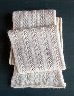 Jasmine Scarf – a free knitting pattern by Purl Soho. : Jasmine Scarf – a free knitting pattern by Purl Soho. Purl Bee, Easy Knitting, Knitting Stitches, Start Knitting, Cable Knitting, Finger Knitting, Knit Cowl, Knitting Machine, Knitting Patterns Free