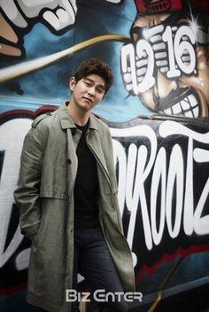 Doctors Korean Drama, Kyun Sang, Krystal Jung, Korean Group, Lee Jong Suk, Kdrama Actors, Korean Dramas, Shawn Mendes, Cute Boys