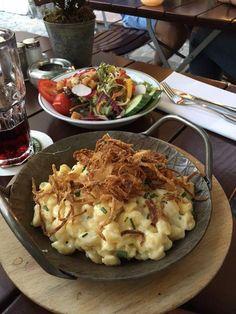 Käsespätzle mit großem frischen Salat. im Wirtshaus Ayingers in München. Lust Restaurants zu testen und Bewirtungskosten zurück erstatten lassen? https://www.testando.de/so-funktionierts
