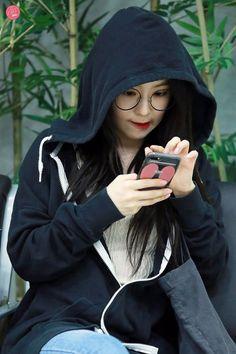 Look at her. Park Sooyoung, Snsd, Seulgi, Asian Woman, Asian Girl, Red Velvet Irene, Famous Girls, Velvet Fashion, Soyeon