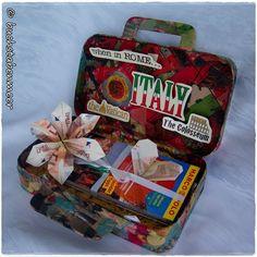 Bastelmaterial: Pappmaché Box Koffer Maße: 26x19x7cm 4-5 Servietten für die Verzierung des Koffers Kleber für Serviettentechnik (ich benutzte Hobby Line 49252 – Art Potch Lack und Leim) passe…