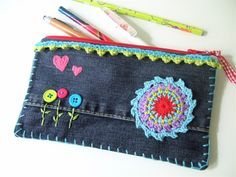 Tolltartó farmerből - Jeans-Mäppchen You are in the right place about diy purse pouch Here we offer you the most beautiful pictures about the diy purse jeans you are looking for. When you examine the Diy Jeans, Diy Purse Jeans, Recycle Jeans, Jean Crafts, Denim Crafts, Jean Purses, Purses And Bags, Artisanats Denim, Jean Diy