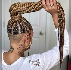 All styles of box braids to sublimate her hair afro On long box braids, everything is allowed! For fans of all kinds of buns, Afro braids in XXL bun bun work as well as the low glamorous bun Zoe Kravitz. Shaved Side Hairstyles, Black Ponytail Hairstyles, French Braid Hairstyles, Braided Hairstyles For Black Women, Box Braids Hairstyles, Short Hairstyles, Hairstyles Pictures, Blonde Box Braids, Braids For Black Hair
