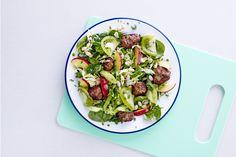 Se hvordan du laver lækker sensommersalat med hvide bønner, nektariner og spicy kødboller på 20 minutter.