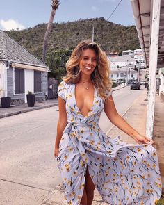 Pretty women in light summer dresses Stylish Dresses, Sexy Dresses, Cute Dresses, Summer Dresses, Beautiful Dresses, Natasha Oakley, Komplette Outfits, Spring Outfits, Fashion Outfits