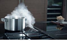 Bora heeft een horizontaal afzuigsysteem: wasem en geuren worden niet meer naar boven afgezogen, maar naar beneden. Zo zorgt Bora voor betere lucht, minder lawaai en meer vrije ruimte in de keuken.