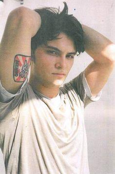 Shiloh Fernandez, weird beauty but I find him sexy!