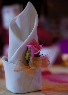 Add an element of sweetness to this luxurious seasonal table setting by folding and displaying napkins using this Napkin Folding – Seasonal Ideas For Table Decoration. Deco Table Noel, Wedding Fair, Post Wedding, Wedding Reception, Wedding Napkins, Homemade Christmas Gifts, Holiday Tables, Cloth Napkins, Decoration Table