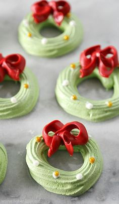 Looking for cute & easy Christmas desserts recipes for kids? Here are over 100 cute Christmas desserts recipes & treats recipes perfect for kids or a crowd Xmas Food, Christmas Sweets, Christmas Cooking, Macarons Christmas, Christmas Pavlova, Christmas Christmas, Christmas Ideas, Cheesecake Recipes, Cookie Recipes