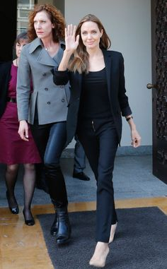 Angelina Jolie -sticks to her favourite colour and dress code- while leaving the government palace in Lebabon, Beirut. The Syrian refugee crisis problem was in her agenda while meeting Minister Tammam Salam. Casual Wear, Casual Outfits, Fashion Outfits, Inverted Triangle Outfits, Angelina Jolie Style, Le Jolie, Celebrity Style, Celebrity News, Beautiful People