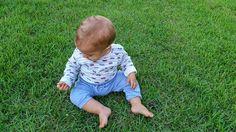 Brincando na grama.