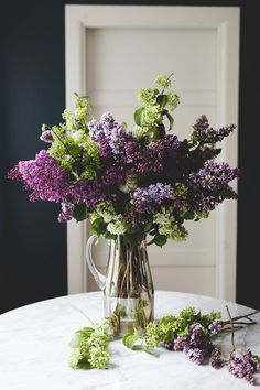 Flower Garden a simple, statement-making lilac bouquet or table centerpiece to celebrate spring. Lilac Bouquet, Diy Bouquet, Lilac Flowers, Flower Bouquet Wedding, Fresh Flowers, Spring Flowers, Beautiful Flowers, Purple Roses, Bouquets