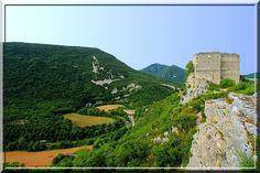 Le site de Soyans dans la Drôme est une sorte de puzzle qui se découvre en 3 étapes. D'abord, l'entrée fortifiée de la petite commune en bas de la colline. Puis une petite église médiévale très remaniée au 18ème siècle. Et enfin un puissant château fort accroché au bord de la falaise.