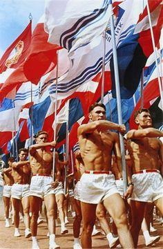 Soviet gym teachers parade in Moscow, 1956 : OldSchoolCool - Traditional Culture Soviet Art, Soviet Union, Warsaw Pact, Photos Originales, Evil Empire, Propaganda Art, Gay Art, Historical Photos, Moscow