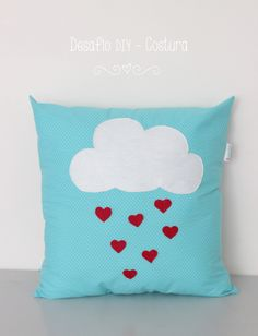 O Mundo de Calíope: Desafio DIY - Costura {Almofada chuva de corações} Sewing Pillows, Diy Pillows, Decorative Pillows, Throw Pillows, Cushions, Fabric Crafts, Sewing Crafts, Craft Projects, Sewing Projects