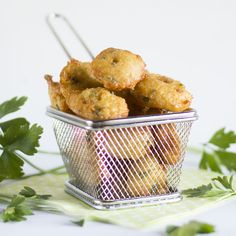 ¿Por qué no empezar a disfrutarla con este clásico plato de buñuelos de bacalao? Food N, Good Food, Christmas Brunch, Kitchen Dishes, Mediterranean Recipes, Finger Foods, Veggies, Appetizers, Favorite Recipes