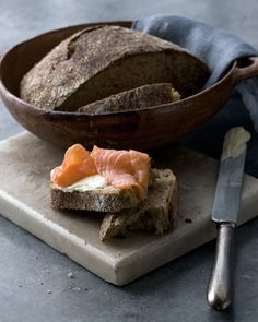 Home made bread, cream cheese and salmon Vino Y Chocolate, Chocolate Brown, Yummy Eats, Yummy Food, Little Lunch, Rustic Bread, Scandinavian Food, Wine Recipes, Food Inspiration