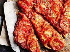 Mehevä tomaattipiirakka 1. Mittaa jauhot kulhoon, mausta suolalla. Lisää kevyesti vatkattu muna, öljy ja vesi. Sekoita ainekset tiiviiksi taikinapalloksi. Kääri taikina tuorekelmuun ja anna tekeytyä puolisen tuntia. 2. Leikkaa sipulit ohuiksi renkaiksi esimerkiksi mandoliini-vihannesleikkurilla höylät… Gourmet Recipes, Vegetarian Recipes, Cooking Recipes, Party Snacks, Tandoori Chicken, Food Hacks, Bacon, Easy Meals, Food And Drink