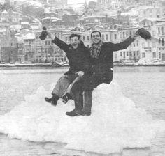 istanbul-bogazi-buz-tuttu-İstanbul, 1954 yılında da tarihi kışlarından birini yaşamıştı. 25 Şubat sabahı İstanbul Boğazı'na bakan kent sakinleri, gözlerine inanamamışlardı.