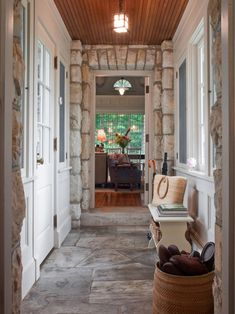This rustic, cottage-style mudroom is a true indoor/outdoor breezeway that flows from one room to the next. In room-to-room mudroom pathways, be sure to incorporate elements from both indoor and outdoor surroundings to create a successful movement. Cottage Style Mudroom, Style Cottage, Rustic Cottage, Rustic Entry, Interior Exterior, Interior Design, Eclectic Design, Rustic Design, Design Living Room