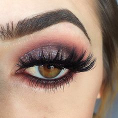 Brows️ @anastasiabeverlyhills DipBrow in soft brown. Shadows️ @makeupgeekcosmetics Bitten and Peach smoothie in the crease. @anastasiabeverlyhills Catwalk Palette. Glitter️ @shopvioletvoss in Wendy all over the lid.