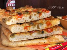 Focaccia senza impasto con pomodorini e olive - PTT Ricette No Knead Bread, Bagel, Bread Recipes, Snacks, Buffet, Sandwiches, Olive, Italian Style, Pizza