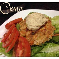 """@Sascha Schneider Schneider Barboza's photo: """"Esta fue mi cena! Una hamburguesa hecha con pechuga de pollo molida, le coloqué ajo porro, cebolla, cebollín, zanahoria rayada un poquito de ajo y pimienta. Se hacen a la plancha y listo, acompañada de una cucharada de crema de garbanzo, y una ensalada mixta Proteina+vegetales+grasas buenas ! Ñumm"""""""