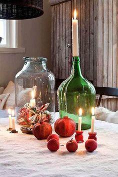 Centro de mesa muy vintage: una damajuana color verde botella y una vela larga #ideas #decoracion #Navidad