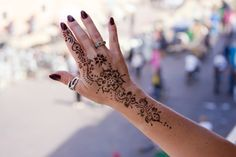 You've got an ocean of henna designs before you, and you can grab your most favorite one. Though it is a small body part, a henna on it looks simple yet elegant. Among all wrist tattoos, henna flower are believed to be the most well-known ones. Henna Tattoo Hand, Henna Tattoos, Flower Tattoo Hand, Flower Henna, Henna Tattoo Designs, Time Tattoos, Wrist Tattoos, Tattoo Ideas, Tatoos